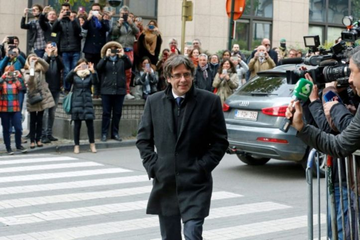 1068945-le-president-catalan-destitue-carles-puigdemont-arrive-pour-une-conference-de-presse-a-bruxelles-le-